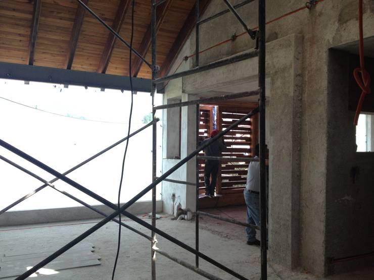 Transición a Sala de TV: Salas multimedia de estilo  por Molcajete Arquitectura Interiores Diseño