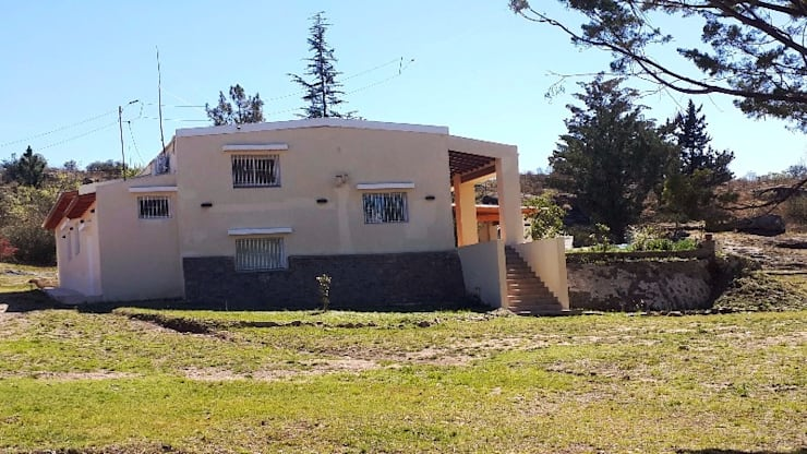 Exterior de la propiedad: Casas de estilo  por Liliana almada Propiedades,Colonial