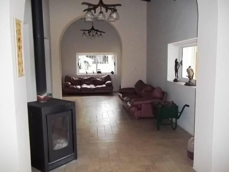 Salas de estar coloniais por Liliana almada Propiedades
