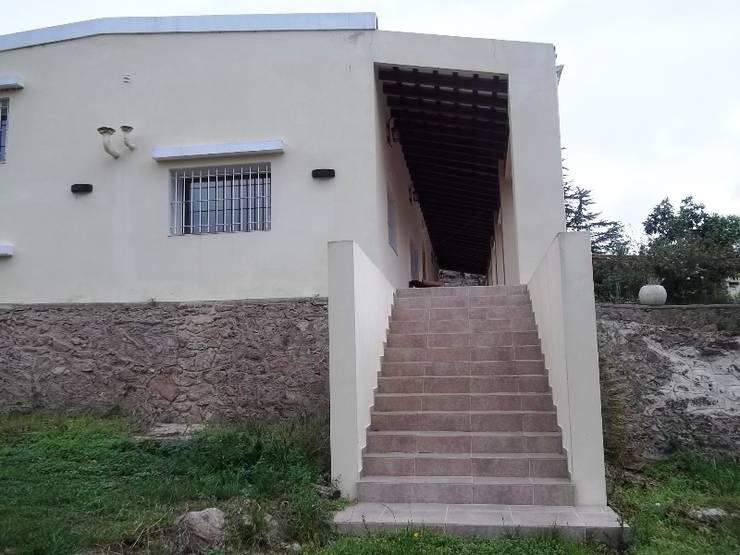 Escalera: Casas de estilo  por Liliana almada Propiedades
