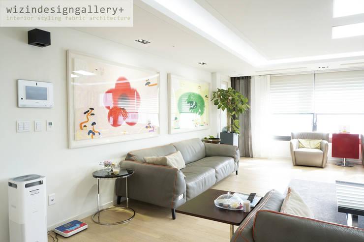 반포 래미안퍼스티지, 거실 인테리어, 거실그림 스타일링: wizingallery의  거실