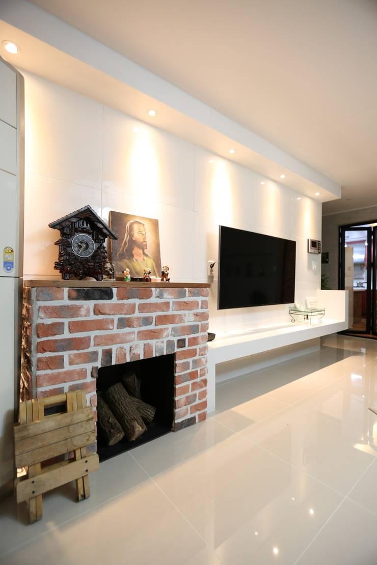 대구 수성구 범어동 푸른마을 아파트 인테리어 리모델링: inark [인아크 건축 설계 디자인]의  거실