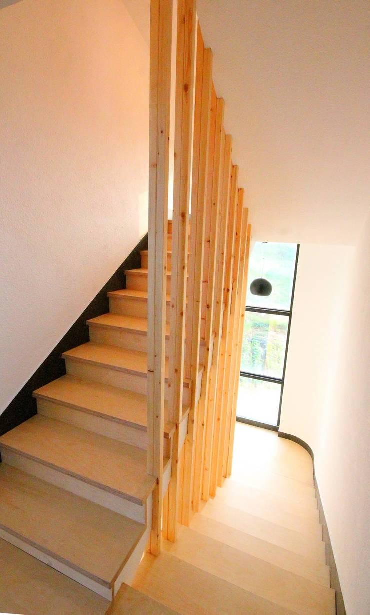 경남 합천 전원 주택 협소 주택 땅콩 주택: inark [인아크 건축 설계 디자인]의  복도 & 현관