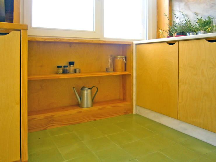 Cozinha detalhe armário:   por SAMF Arquitectos