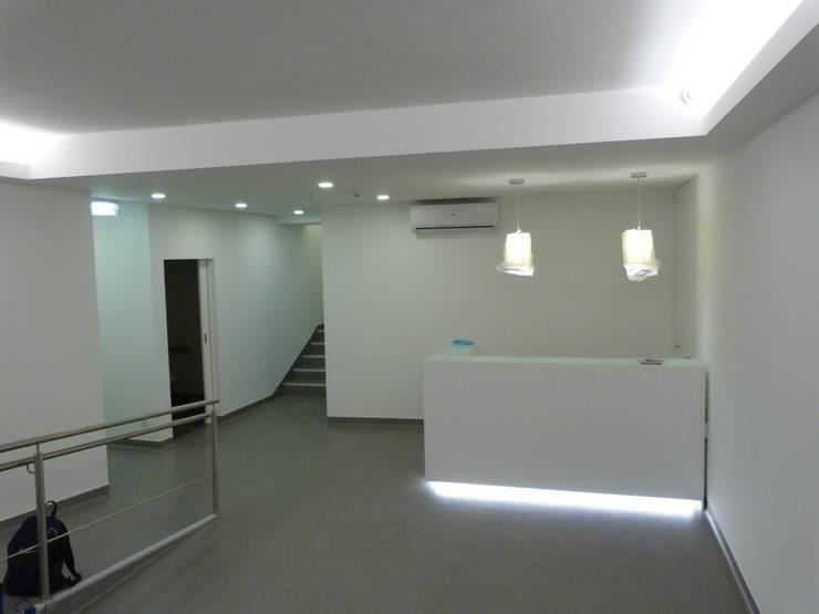 sala de espera- balcão de atendimento / depois: Clínicas  por IA Arquitectura&Interiores