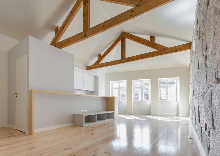 Taipas_2: Salas de estar  por XYZ Arquitectos Associados