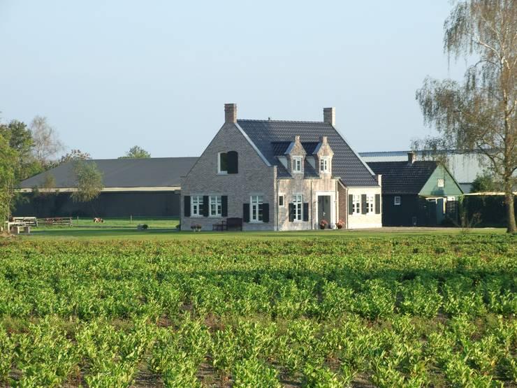 Sfeervolle villa te Heerde:   door 01 Architecten