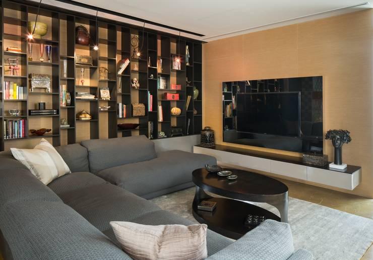 Penthouse Punto Central: Salas multimedia de estilo  por Línea Vertical