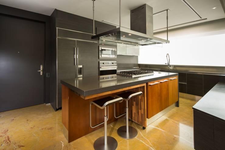 Penthouse Punto Central: Cocinas de estilo  por Línea Vertical