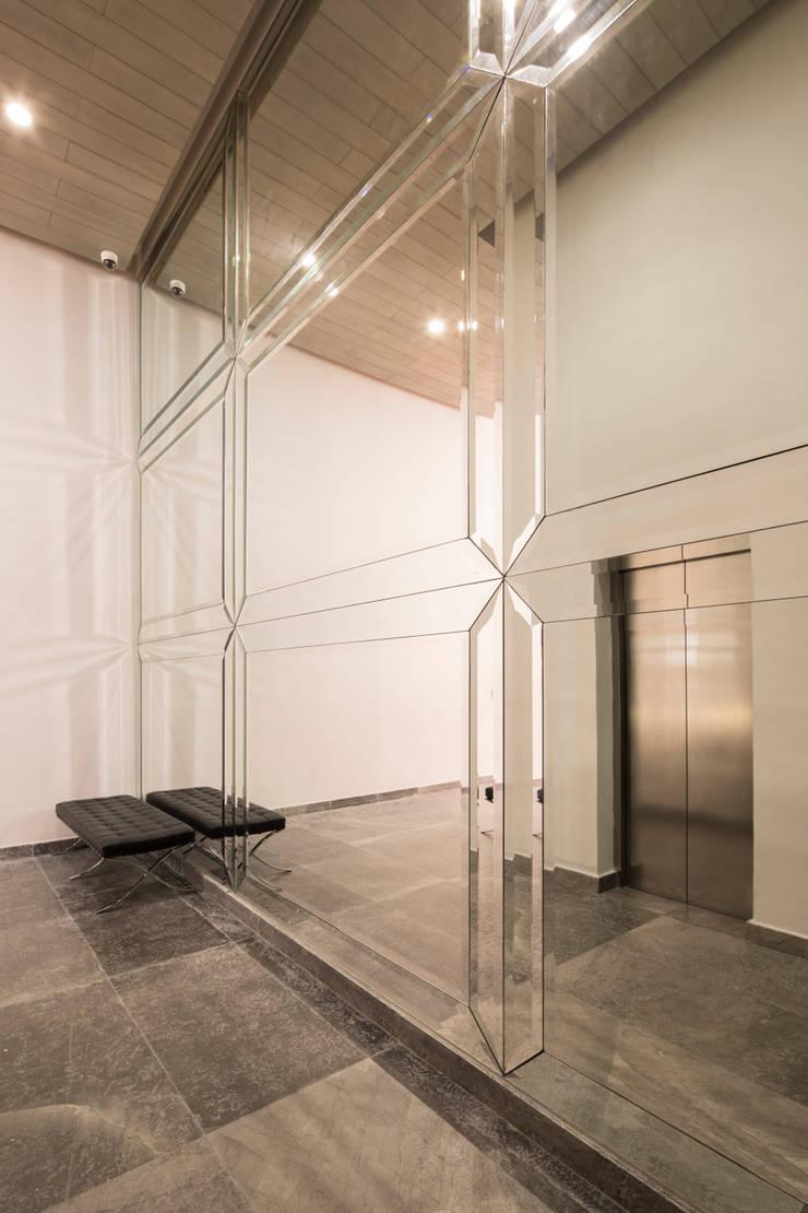 Edificios de oficinas de estilo  de Rousseau Arquitectos