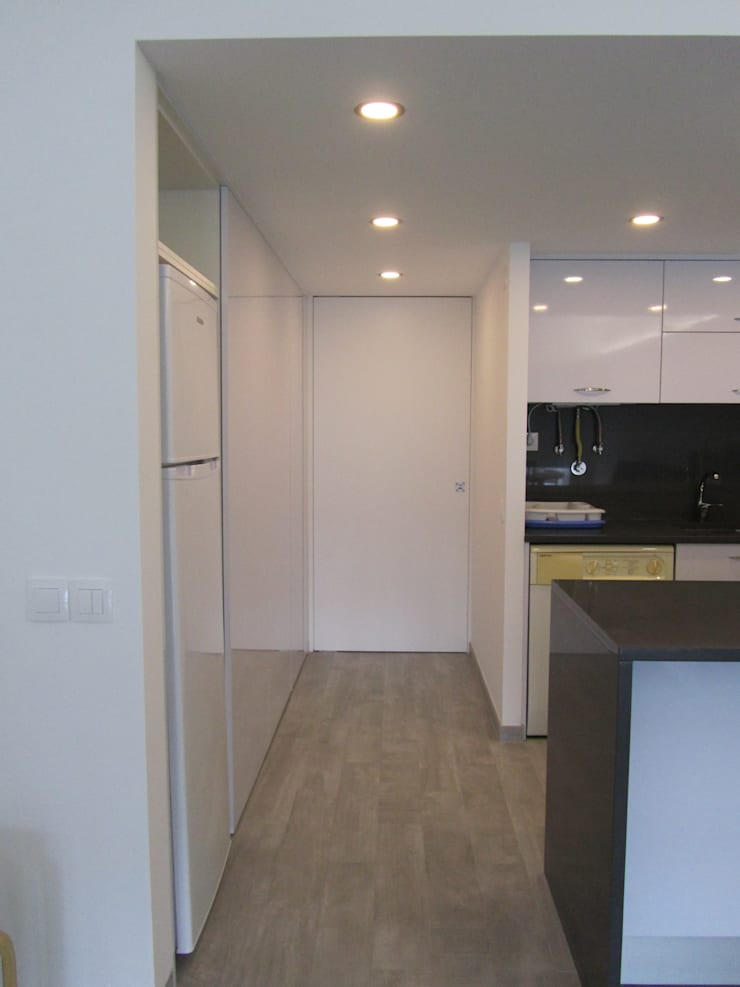 Apartamento Sesimbra: Cozinhas  por INNER TREE