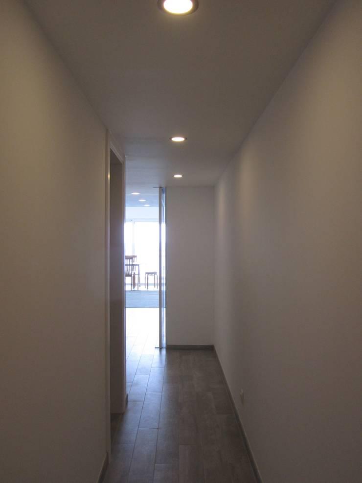 Apartamento Sesimbra: Corredores e halls de entrada  por INNER TREE