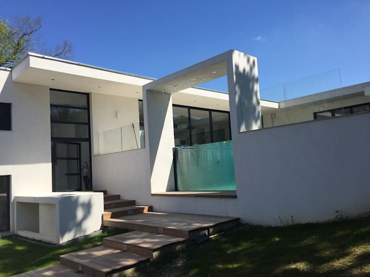 Casas  por Atelier d'Architecture Eric Guerchon