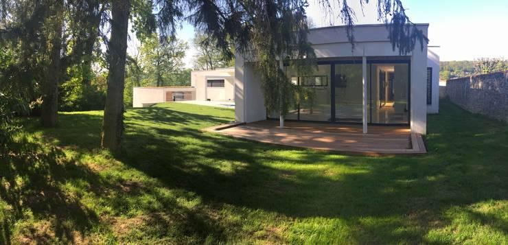 Villa ORSAY: Maisons de style de style Moderne par Atelier d'Architecture Eric Guerchon