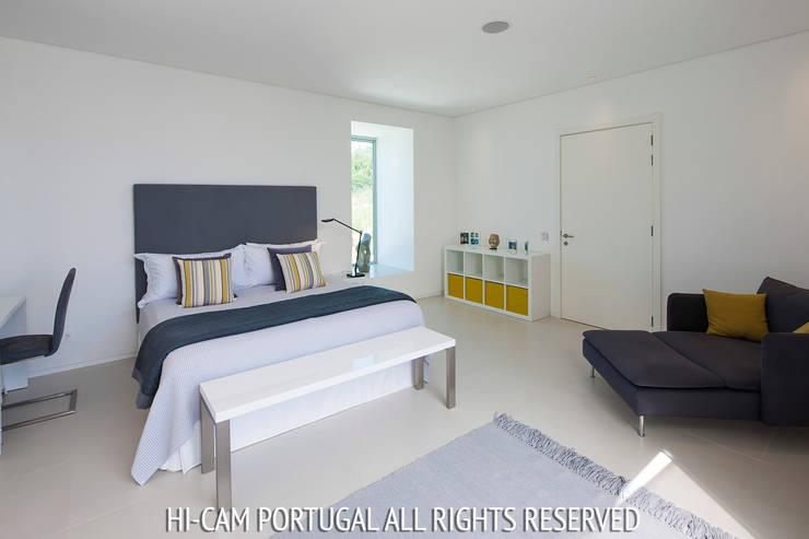Villa Escarpa: Quartos modernos por Hi-cam Portugal