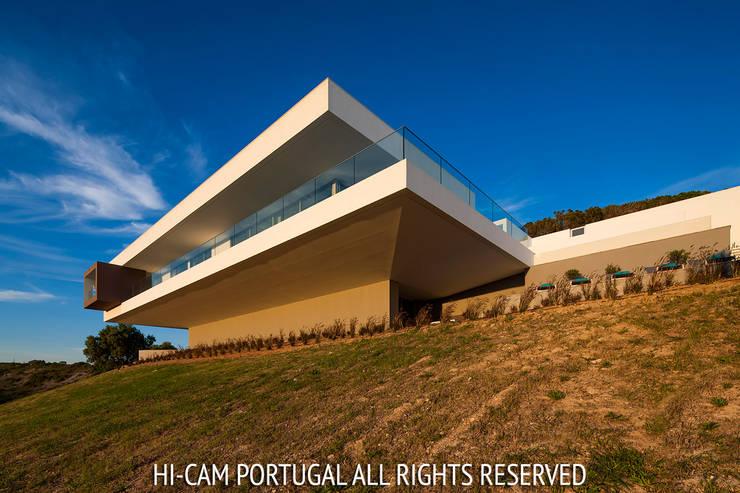 Villa Escarpa: Casas  por Hi-cam Portugal