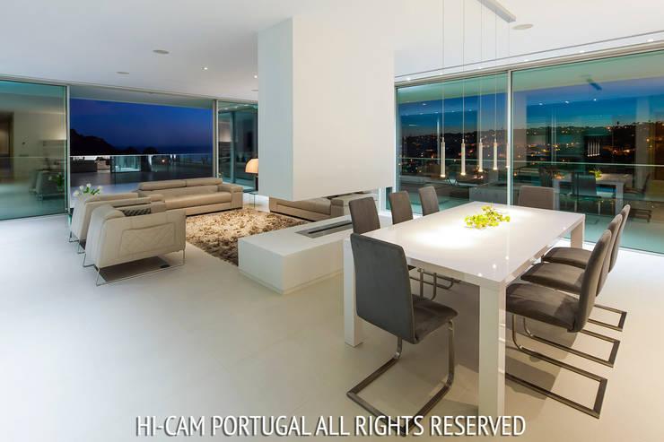 Villa Escarpa: Salas de jantar modernas por Hi-cam Portugal