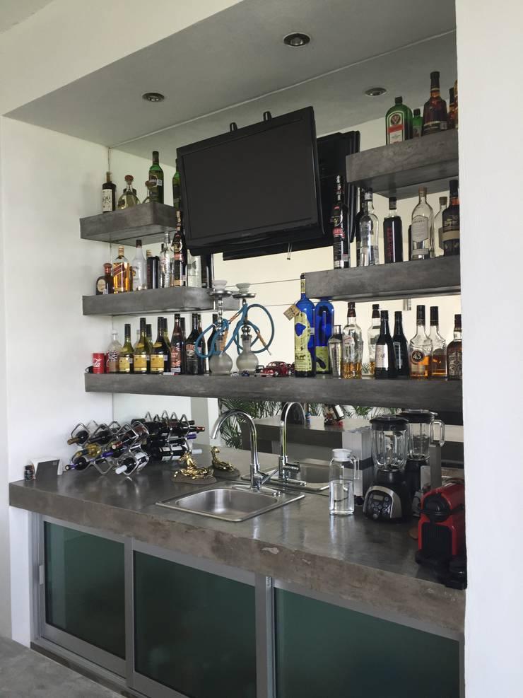 Bar: Salas multimedia de estilo  por ARKIZA ARQUITECTOS by Arq. Jacqueline Zago Hurtado