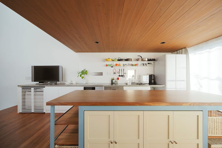 サンドイッチハウス: こぢこぢ一級建築士事務所が手掛けたキッチンです。