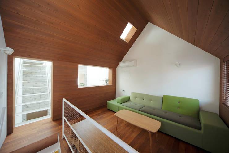 サンドイッチハウス: こぢこぢ一級建築士事務所が手掛けたリビングです。