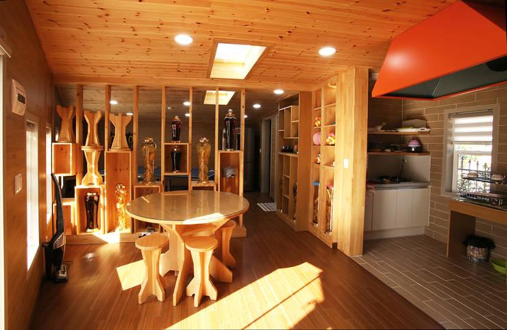 강화초지리 (Kanghwa): HOUSE & BUILDER의  다이닝 룸