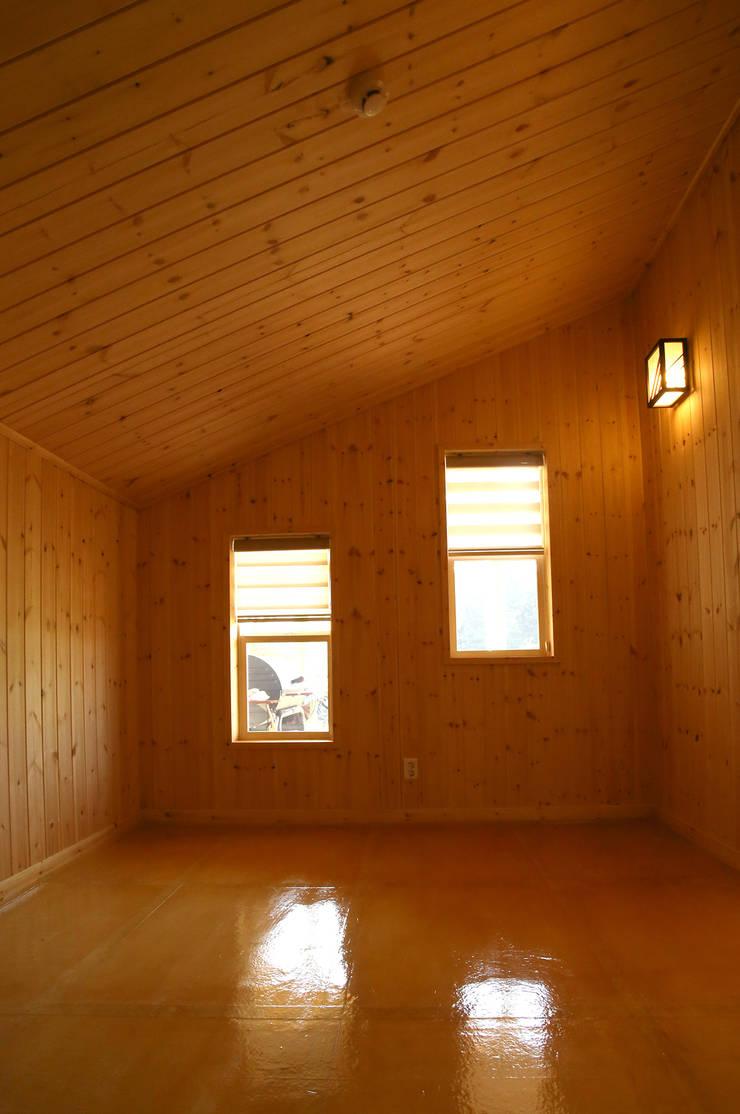 강화초지리 (Kanghwa): HOUSE & BUILDER의  침실