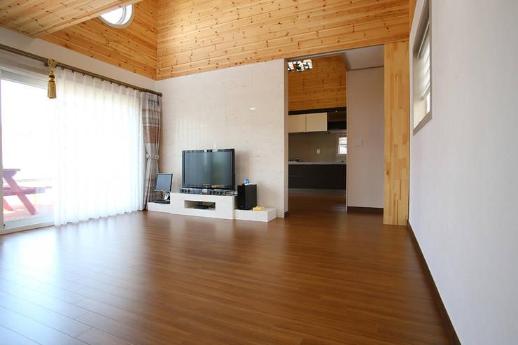 강화초지리 (Kanghwa): HOUSE & BUILDER의  거실