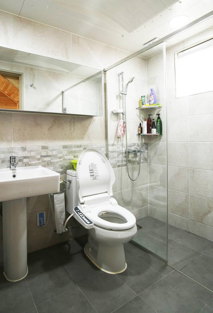 강화초지리 (Kanghwa): HOUSE & BUILDER의  욕실