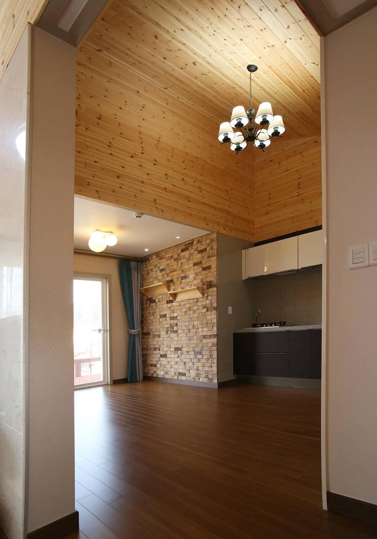 강화초지리 (Kanghwa): HOUSE & BUILDER의  주방