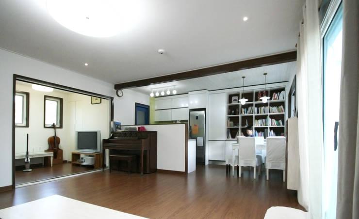 용인 흥덕지구 (Yongin): HOUSE & BUILDER의  거실