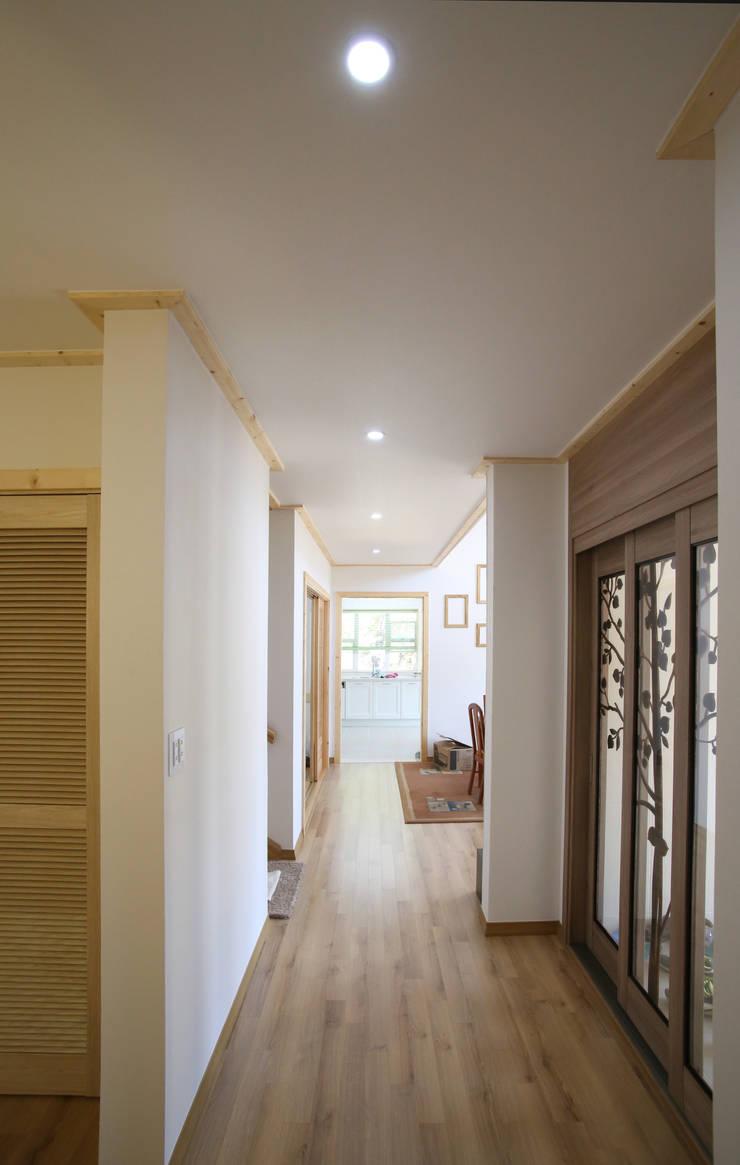보광리 (Bokwanglee) : HOUSE & BUILDER의  복도 & 현관