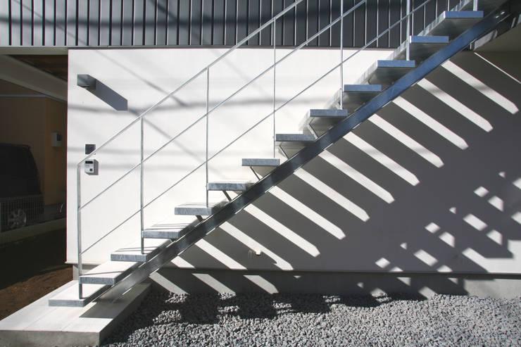 外階段: 設計事務所アーキプレイスが手掛けた家です。