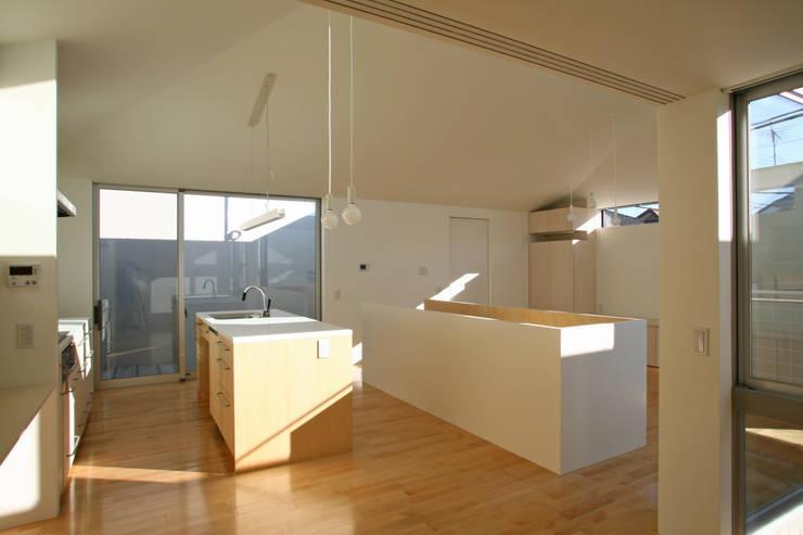 空と暮らす家: 設計事務所アーキプレイスが手掛けたダイニングです。