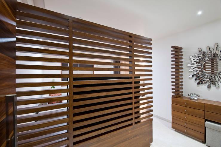 Residence Interiors at Mukundnagar, Pune:  Living room by Urban Tree