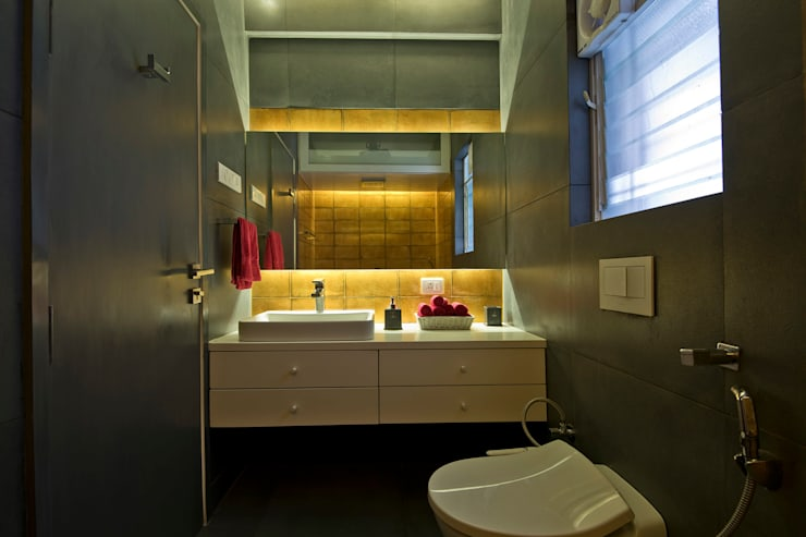 Residence Interiors at Mukundnagar, Pune:  Bathroom by Urban Tree