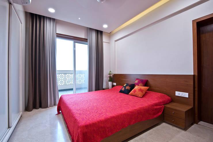 Residence Interiors at Mukundnagar, Pune:  Bedroom by Urban Tree