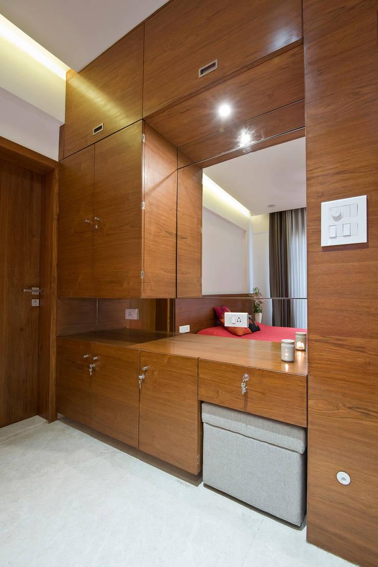 Residence Interiors at Mukundnagar, Pune:  Bedroom by Urban Tree,Modern