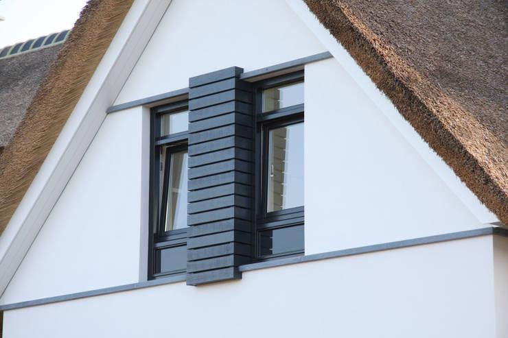 Witte villa met rieten dak:  Huizen door Arend Groenewegen Architect BNA