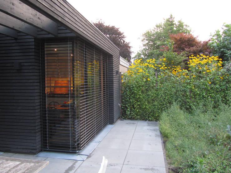 houten gevel, buiten jaloezien:  Huizen door Arend Groenewegen Architect BNA, Modern