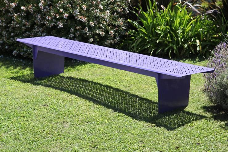 BANCO EXTERIOR SIN RESPALDO 2,6 METROS: Jardines de estilo  por CITTADINO