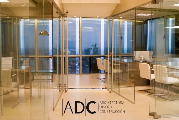 Diseño interior oficinas: Estudios y oficinas de estilo  por ADC - ARQUITECTURA - DISEÑO- CONSTRUCCION
