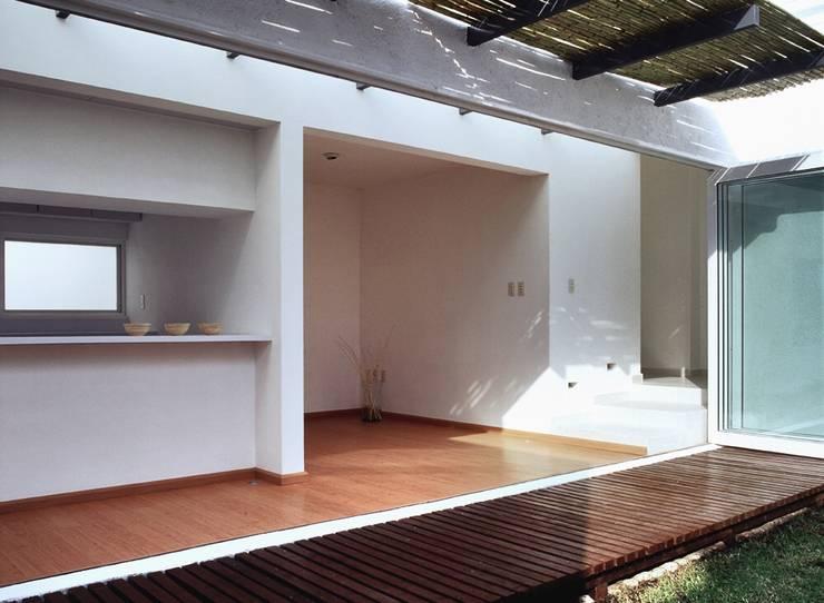 CaSA CORTINA: Terrazas de estilo  por CoRREA Arquitectos