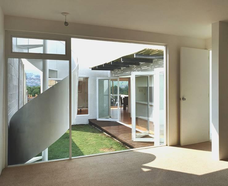 CaSA CORTINA: Jardines de estilo  por CoRREA Arquitectos