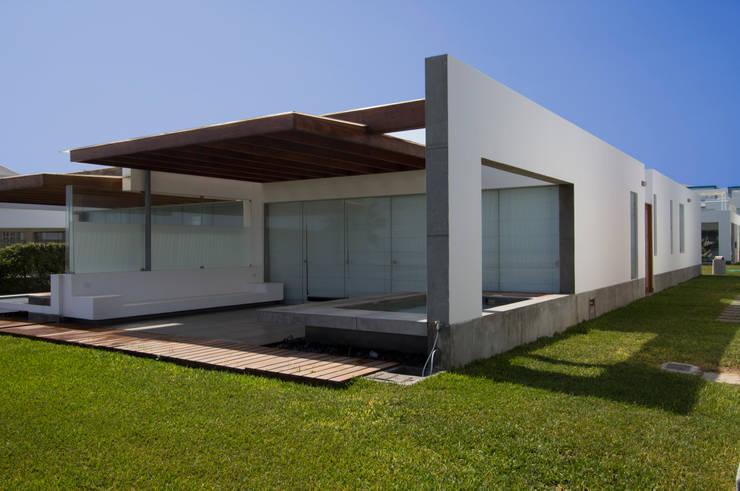 CASA DE PLAYA ARÉVALO: Casas de estilo  por ARKILINEA