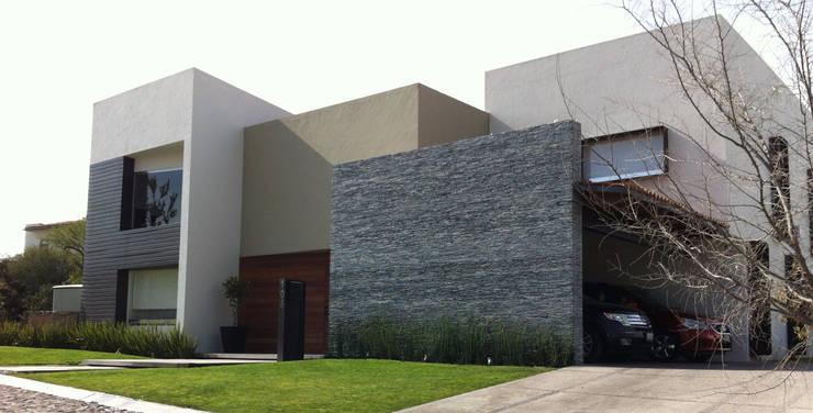Fachada: Casas de estilo  por AParquitectos