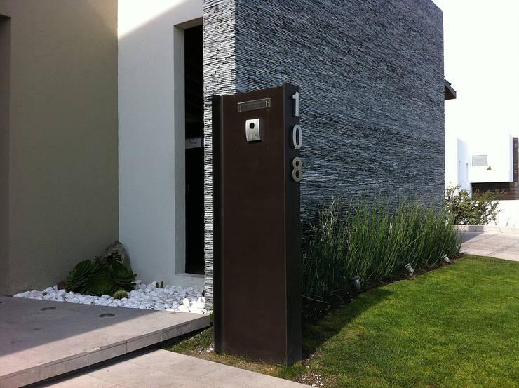 Detalle Fachada: Casas de estilo  por AParquitectos