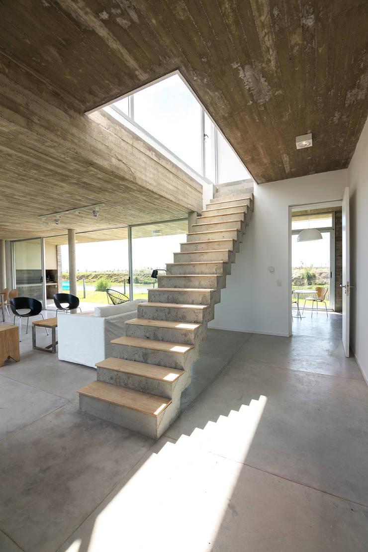 Casa CG342: Pasillos y recibidores de estilo  por BAM! arquitectura