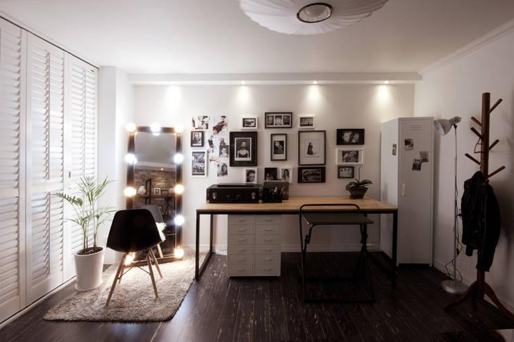 소품이 돋보이는 집: 디자인투플라이의  거실,인더스트리얼