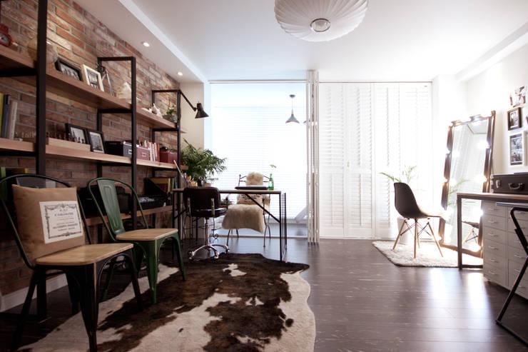 소품이 돋보이는 집: 디자인투플라이의  거실