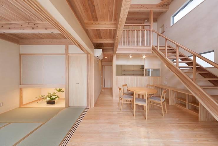 Living room by エニシ建築設計事務所